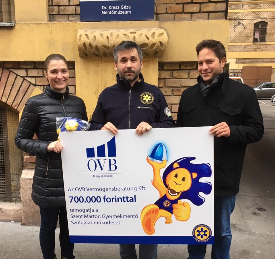 Papp Ádám ügyvezető és Dragonya Dóra képviseli az OVB Vermögensberatung Kft.-t és adja át Dr. Goschler Ádámnak a támogatást