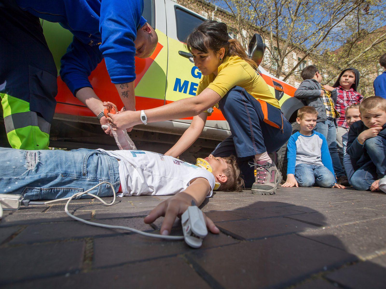 Sérült gyermeket látnak el a mentési bemutatón