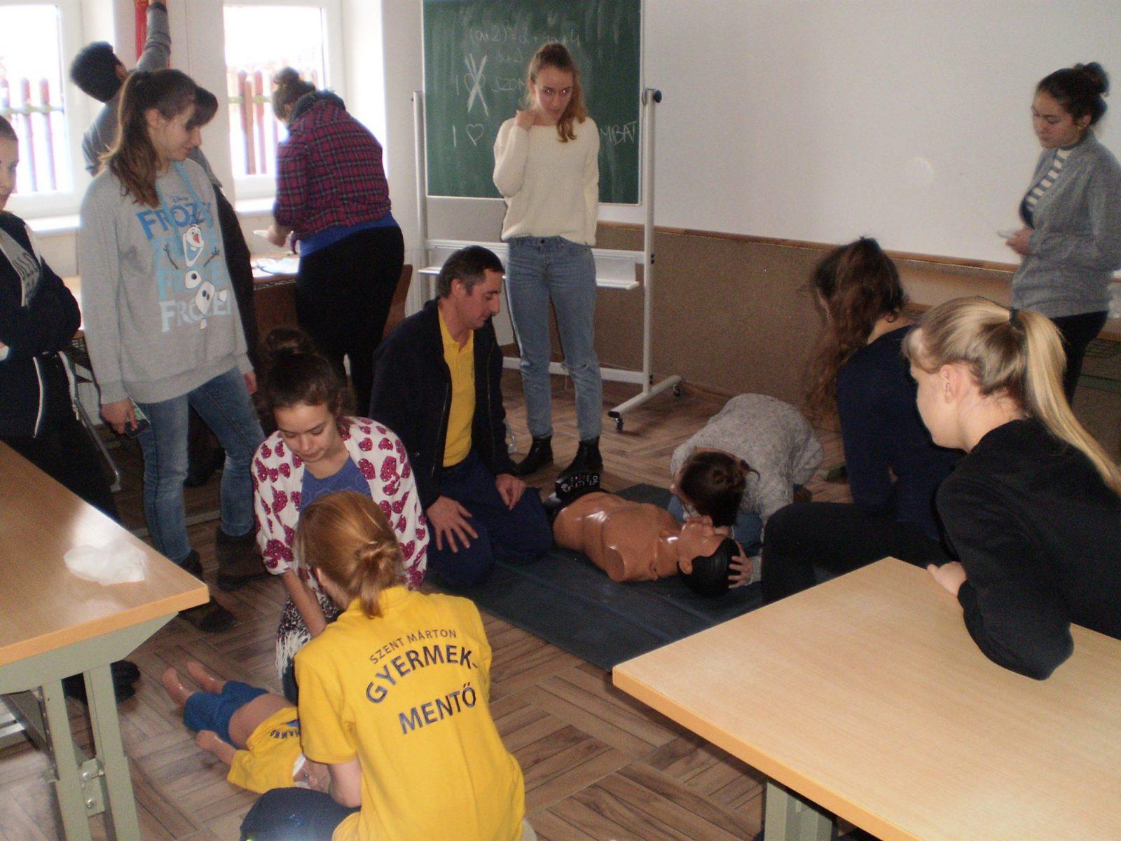 Diákok újraélesztést gyakorolnak az oktatóbabákon