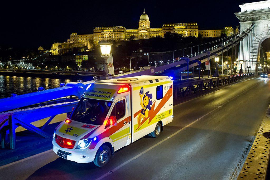 A Gyermekrohamkocsi a Lánchídon halad át