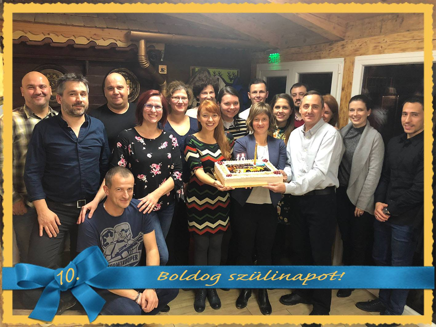 Szülinapi csoportkép a tortával