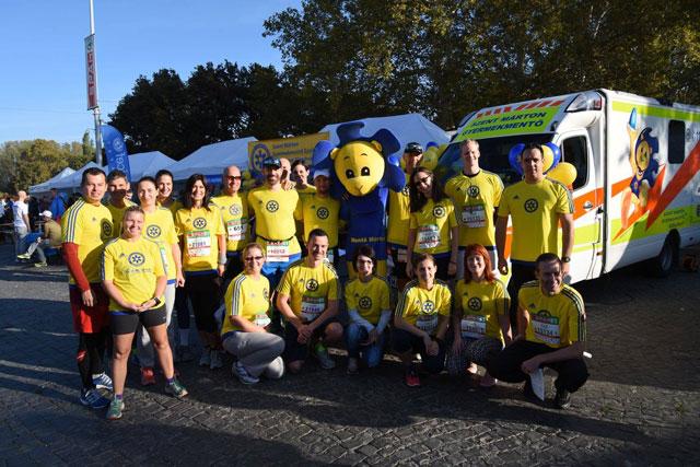 A Gyermekrohamkocsi futónagyköveteinek csoportképe, középen Mentő Mártonnal