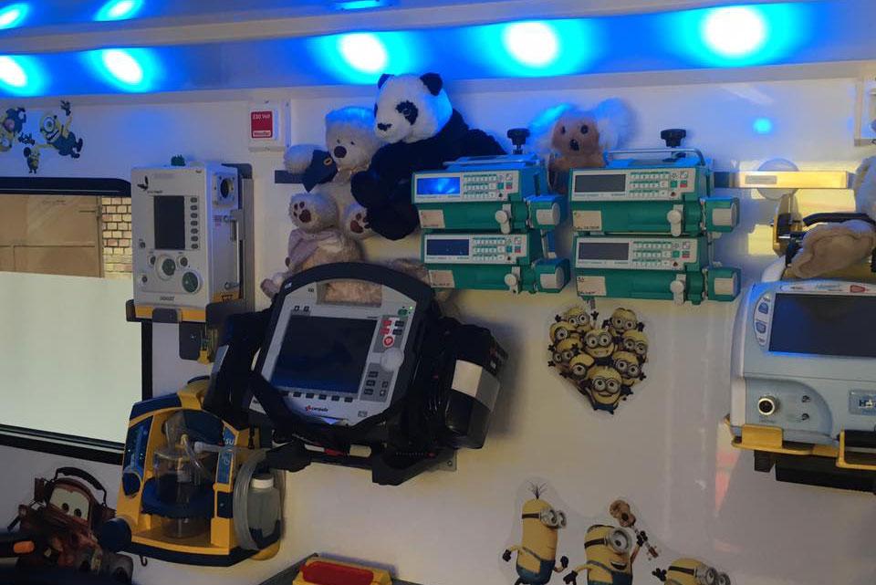 A Gyermekrohamkocsi belsejében található felszerelések, plüssfigurák és matrcicák
