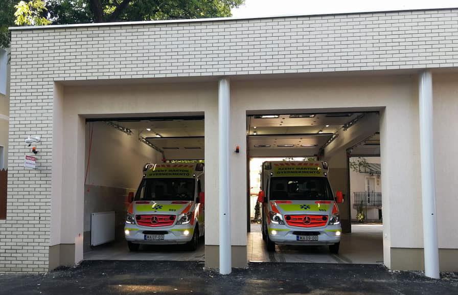 A Józsefvárosi Mentőállomás garázsában két Gyermekrohamkocsi parkol